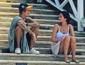 rs_634x1024-180221110440-634.Justin-Bieber-Selena-Gomez-Jamaica-PDA-J1R-022118